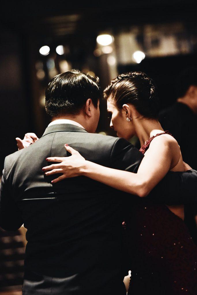 Die Umarmung im Tango – Attitüde oder Wunsch nach Nähe?